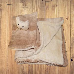 couverture et doudou assortis sur fond bois